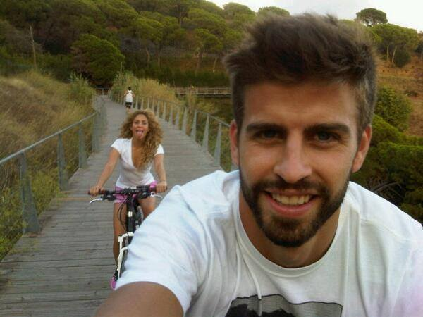 Piqué et Shakira s'amusent à vélo - Fc-Barcelone.com