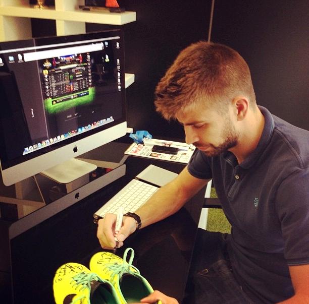 Piqué met ses chaussures aux enchères - Fc-Barcelone.com