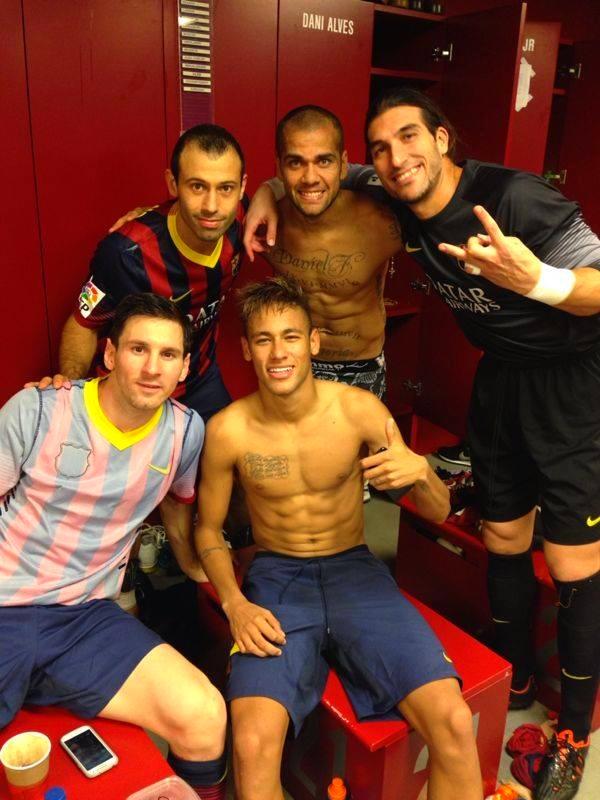 Le vestiaire heureux de la victoire - Fc-Barcelone.com