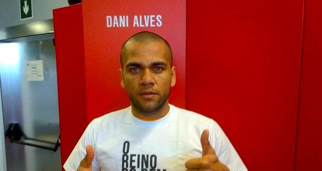 Alves prolonge jusqu'en 2017 - Fc-Barcelone.com