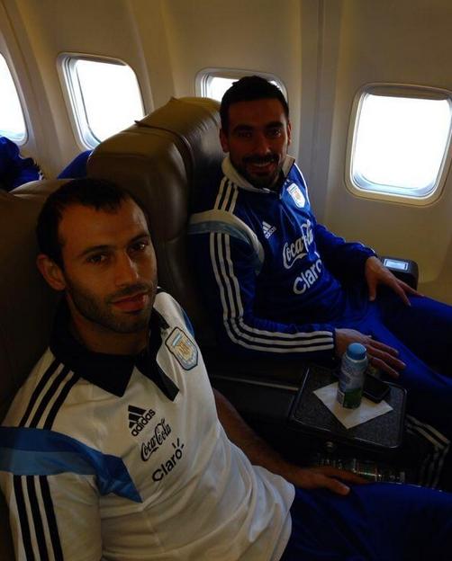 Mascherano dans l'avion avec Lavezzi - Fc-Barcelone.com
