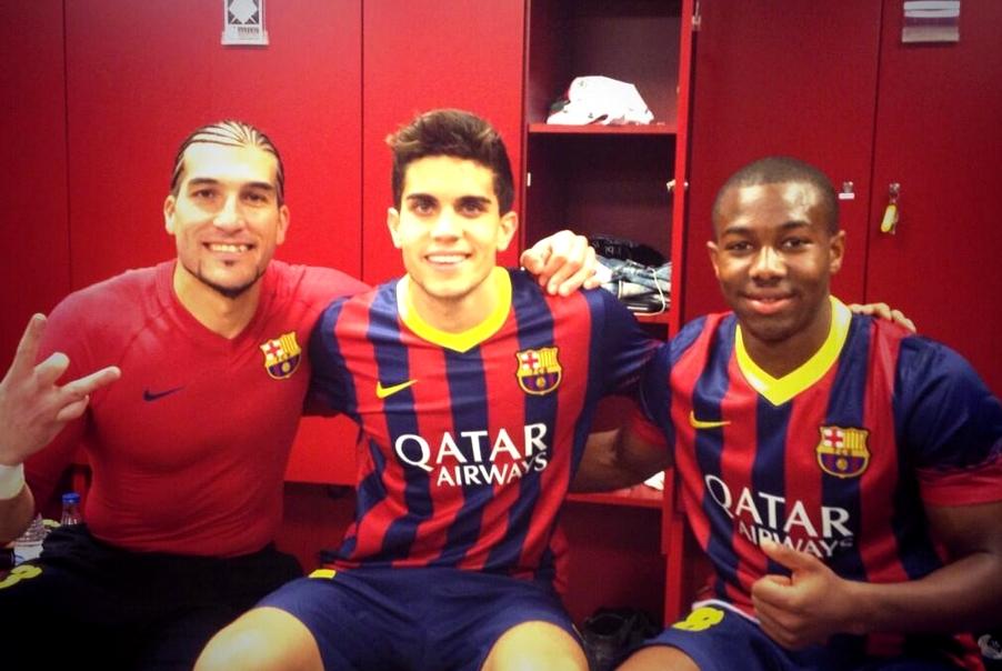 Les joueurs heureux de la victoire - Fc-Barcelone.com