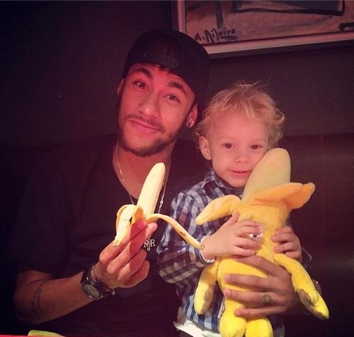 Neymar mange aussi des bananes - Fc-Barcelone.com