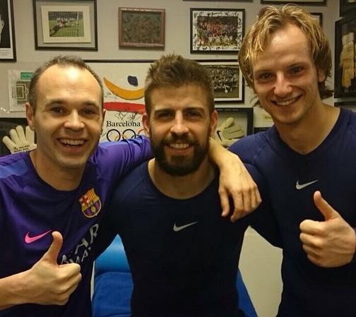 Le vestiaire très heureux - Fc-Barcelone.com