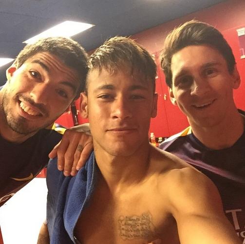 Le vestiaire fête la victoire - Fc-Barcelone.com