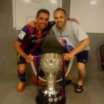 Iniesta et Xavi avec le trophée - Fc-Barcelone.com