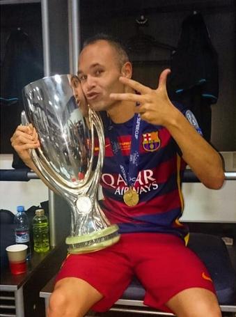 Iniesta avec la Supercoupe ! - Fc-Barcelone.com