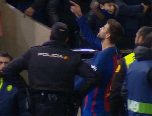 Piqué s'énerve contre les arbitres - Fc-Barcelone.com